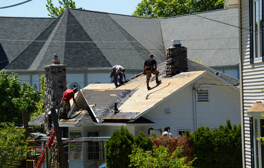 professional roofer doing roof replacement
